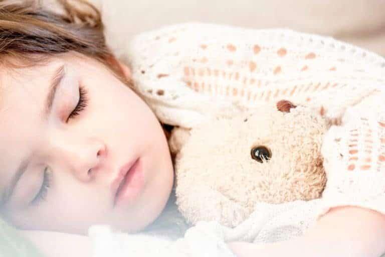 schlafendes Kind in einem komfortablen Halbhochbett