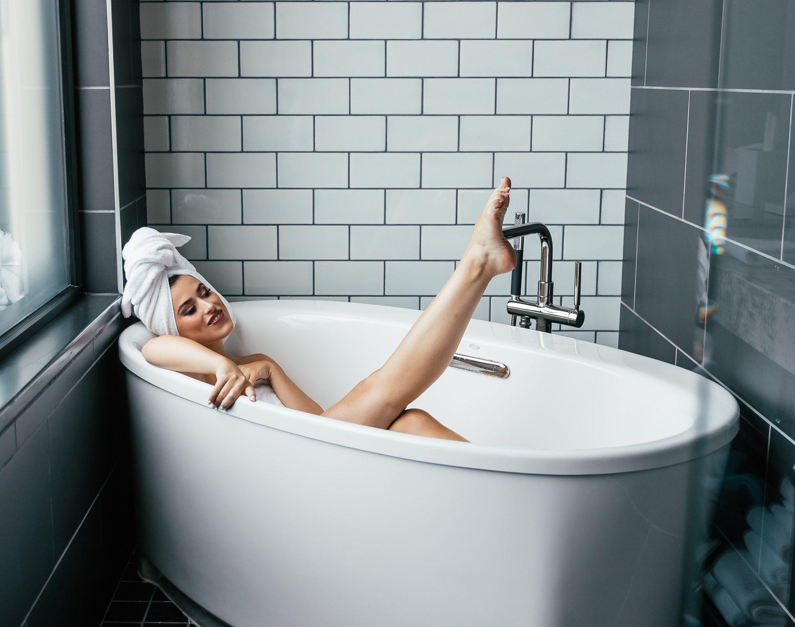 Badewanne reinigen: Mit diesen Tipps und Tricks wird dein Bad blitzsauber