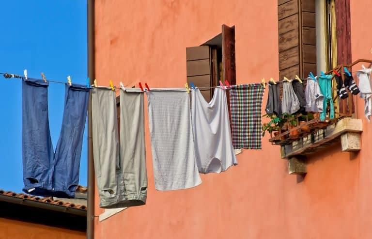 Eine Wäscheleine mit bunter Kleidung