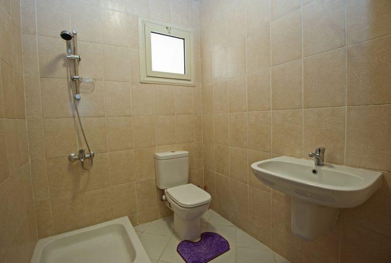 Toilette mit Spülkasten-2