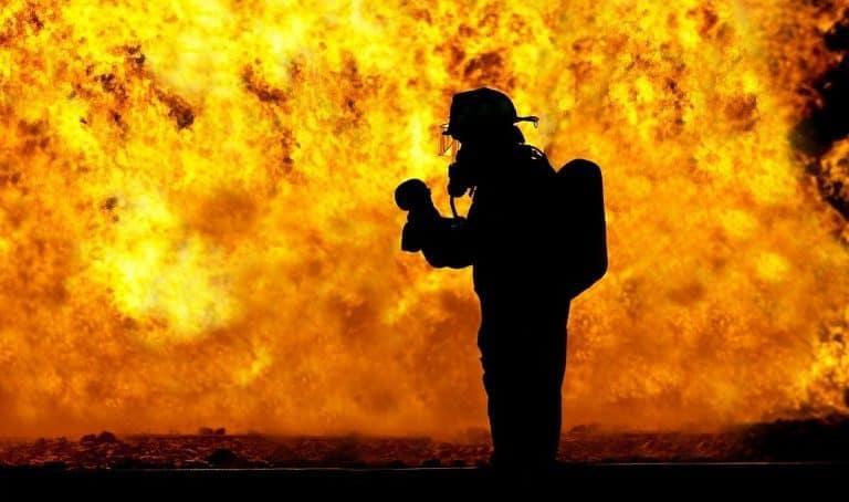 Feuerwehrmann beim Feuerlöschen