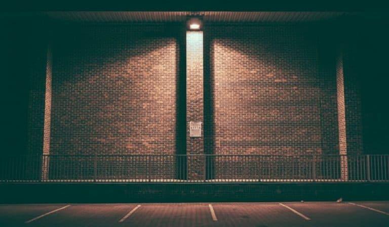 Ein Lichtkegel in einem abgedunkelten Raum