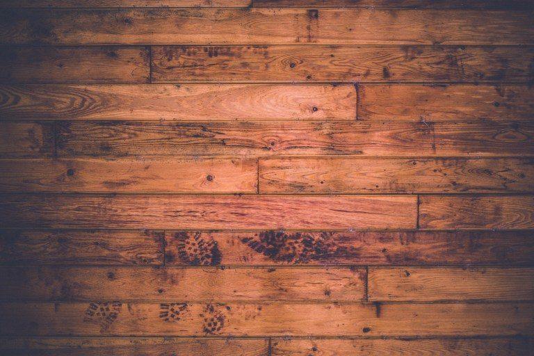 Ein rotbrauner Parkettboden