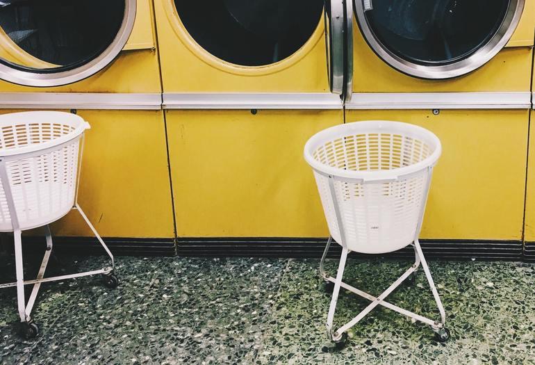 Wäschekorb im Waschsalon