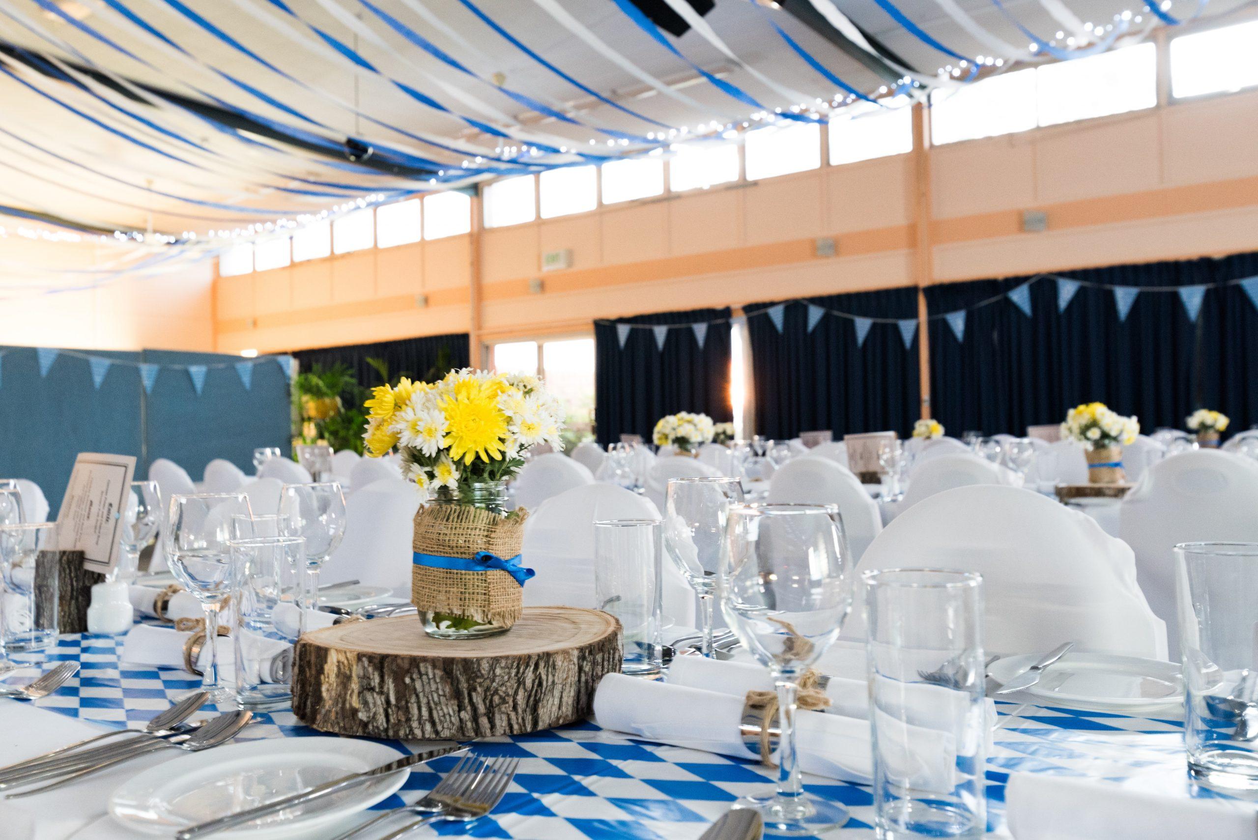 Festlicher Veranstaltungsraum, schön dekoriert in den Farben der bayrischen Flagge.